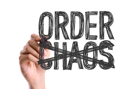 Hand met marker het schrijven van het woord Orde Chaos Stockfoto - 49488545