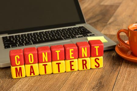Content Matters geschreven op een houten kubus in de voorkant van een laptop