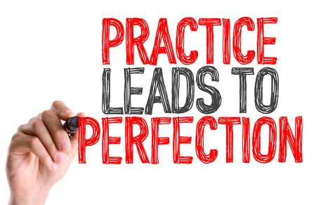 Mano con la scrittura di indicatore: pratica porta alla perfezione