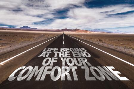Het leven begint aan het einde van uw Comfort Zone, geschreven op woestijnweg