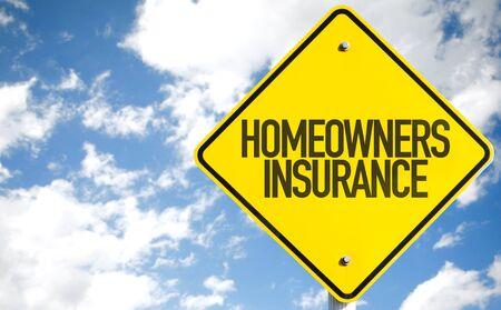 Hausbesitzer Versicherung Schild mit Himmel im Hintergrund