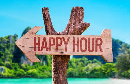 Happy Hour pijl met strand achtergrond Stockfoto