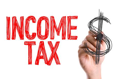Hand mit Marker das Wort Einkommensteuer Schreiben