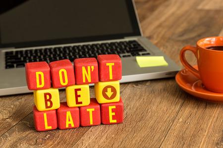llegar tarde: No escribirse tarde en un cubo de madera con el fondo del ordenador portátil