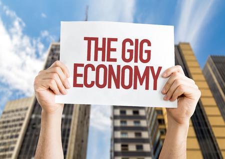 Handen die karton op stad achtergrond met de tekst: Het optreden economie