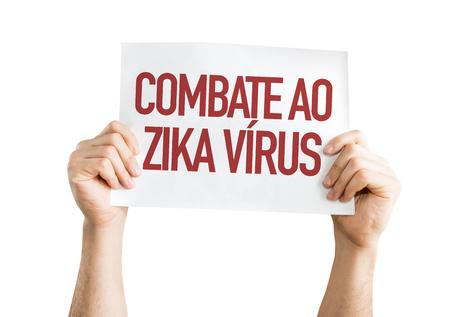 Manos sosteniendo cartón sobre fondo blanco con texto: Combate ao zika virus (contra el virus Zika en portugués) Foto de archivo - 64663392