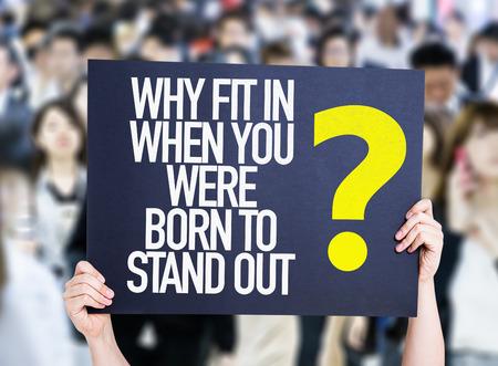 adentro y afuera: Manos celebración de cartón en una multitud de antecedentes con el texto: ¿Por qué ajuste en cuando naciste para sobresalir? Foto de archivo