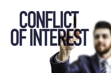 Business człowiek wskazując na przezroczystej płytce z tekstem: konflikt interesów Zdjęcie Seryjne