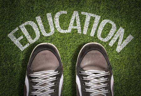 zapatos escolares: Texto en el campo con fondo de zapatos: educación Foto de archivo