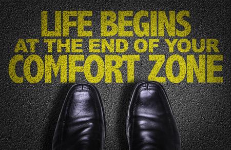 ビジネスと道路上のテキスト背景の靴: 人生あなたの快適ゾーンの終わりで始まる