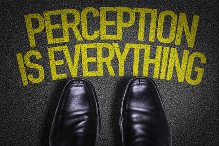 Testo su strada con sfondo le scarpe di business: la percezione è tutto Archivio Fotografico - 65025147