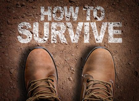 ブーツ バック グラウンドと道路上のテキスト: 生き残るためにどのように