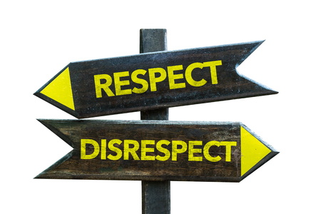 irrespeto: Respeto  señal de falta de respeto con la flecha en el fondo blanco