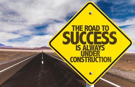 La strada per il successo è sempre in costruzione segno su uno sfondo di autostrada