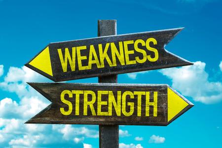 signo de texto con la flecha en las nubes y el cielo de fondo: La debilidad / fortaleza