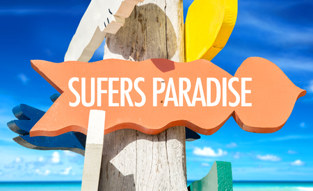 surfers paradise: Surfers paradise sign with beach background