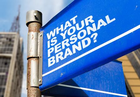 Wat is uw persoonlijke merk? Wegwijzer op bouw achtergrond Stockfoto