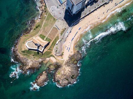 Vista aérea del faro de Barra y el paisaje urbano de Salvador, Bahia, Brasil
