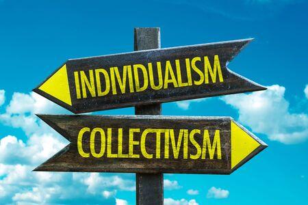 Individualismus- oder Kollektivismus-Beschilderung mit Himmelshintergrund
