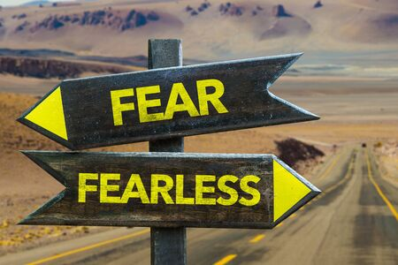 Fear or fearless signage on a highway Foto de archivo - 129908732
