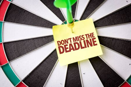 Dart with the words Dont Miss The Deadline Standard-Bild