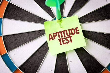 Fléchette avec les mots Test d'Aptitude
