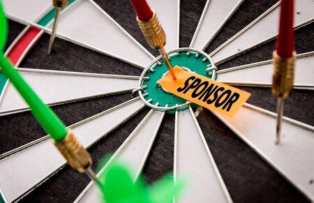 Sponsor sticky note on dart board Reklamní fotografie - 130042625