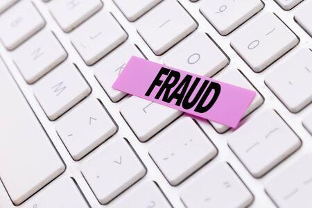 Fraud sticky note on keyboard Stockfoto