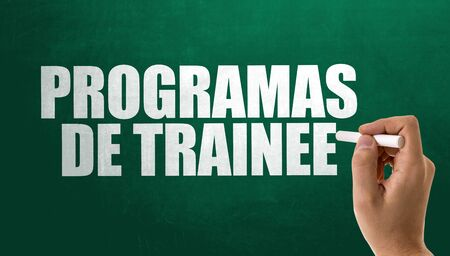 Man writing the word Programas De Trainee