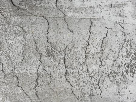 Cemento armato fessurato su una superficie a causa del ritiro durante il processo di stagionatura.