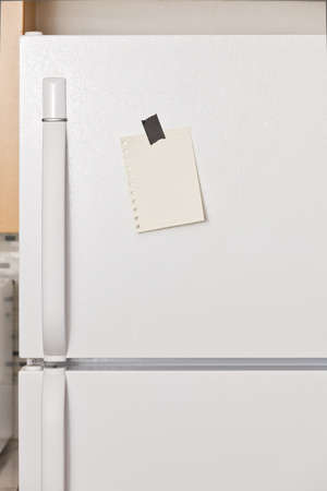 frigo: Morceau de papier jaune de ruban pour une porte de r�frig�rateur