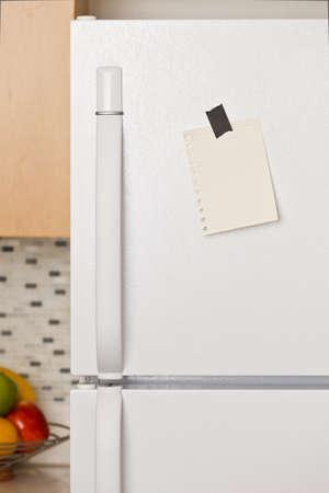 refrigerador: Pieza de papel amarillo grabado a una puerta de frigor�fico Foto de archivo
