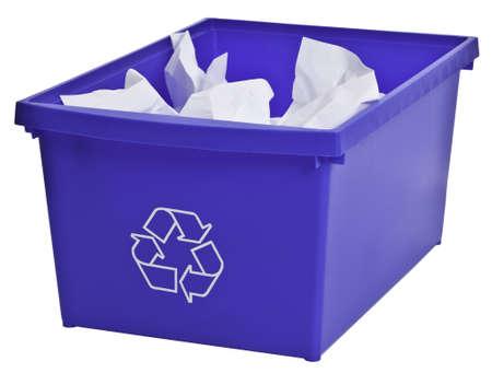 reciclaje papel: Papelera de reciclaje azul lleno de papel m�s blanco aislada sobre fondo blanco. Foto de archivo