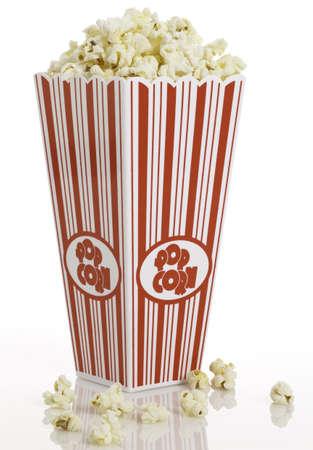 popcorn: Vista laterale della scatola di popcorn con un po 'fuoriuscito.