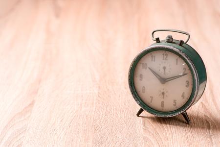 Alte Uhr auf Holztisch