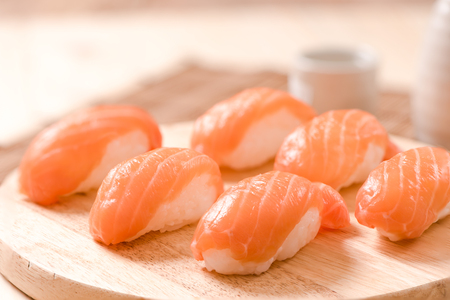 木のテーブルに新鮮なサーモン寿司