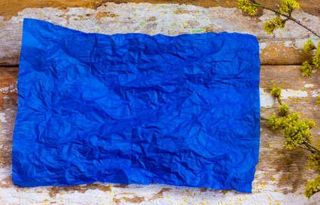 feuille froiss�e: drap froiss� bleu de papier sur de vieilles planches