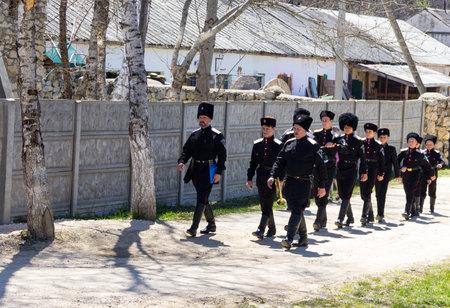 the cossacks: Un escuadr�n de cosacos j�venes caminando por la calle