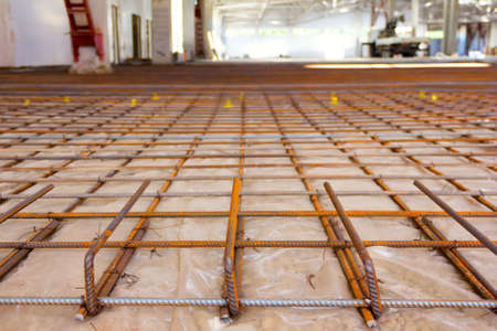 channeled: the reinforcing grid fastened with a wire from a channeled steel rod under filling of concrete floors