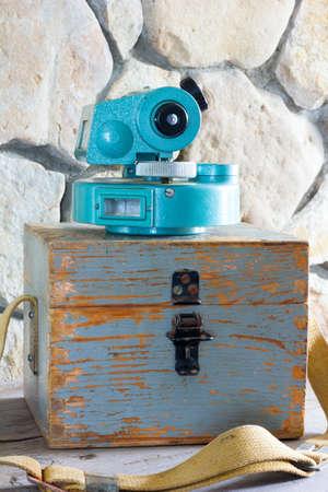 teodolito: edad teodolito instrumento de medici�n en una caja de madera de cerca