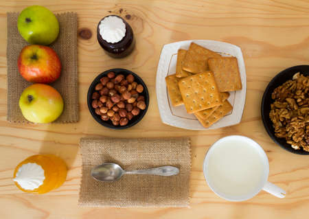 productos naturales: Las manzanas, avellanas, galletas, nueces, miel, leche y mermelada de arándanos con malvaviscos para el desayuno. Productos naturales para el postre.