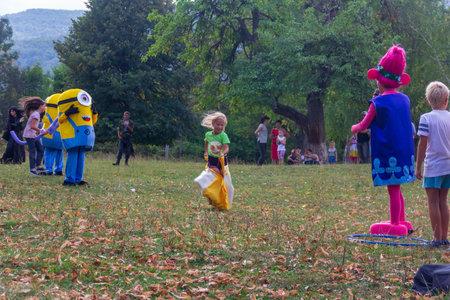 Kamennomostsky, Russie - 1 septembre 2018: jour férié du village Kamennomostsky avec des animateurs et des aires de jeux pour enfants et des compétitions dans le parc à l'automne