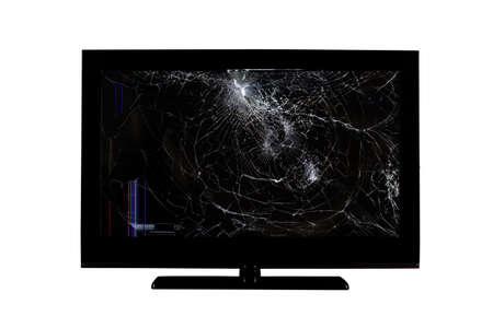 Rayas de colores y grietas en una pantalla rota de una pantalla de cristal líquido, monitor de computadora o televisión full hd aislado sobre un fondo blanco.