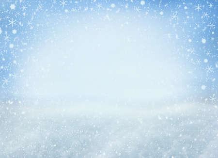 Sfondo di Natale invernale con fiocchi di neve che cadono. Sfondo per il design con copia spazio