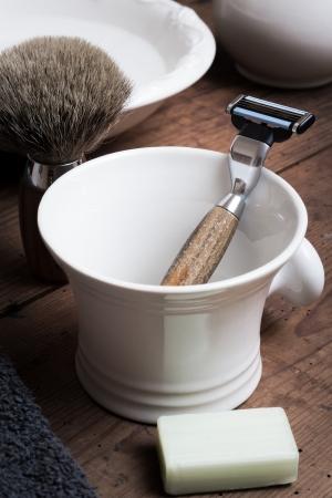hombre afeitandose: Afeitar Tool en la tabla de madera