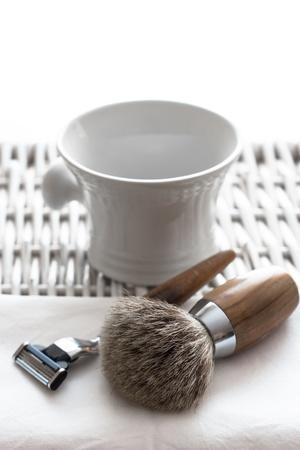 Rasieren Tool auf Holztisch und weißen Hintergrund Lizenzfreie Bilder
