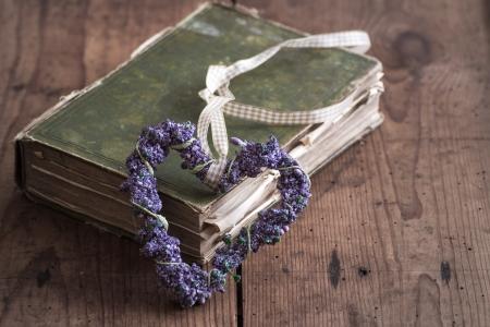 Ich liebe Bücher - altes Buch mit Lavendel-Herz Lizenzfreie Bilder