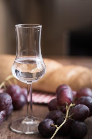 italien: italien Grappa with Grape and Bread