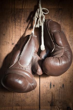 alte Boxhandschuhe hängen Holzwand