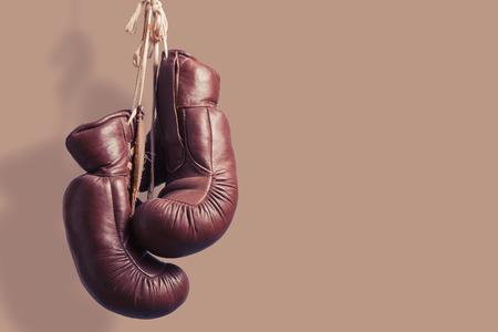 guantes de box: Guantes de boxeo de la vendimia, colgante Foto de archivo